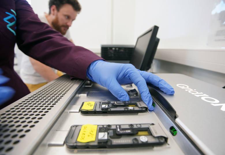 Nad rewolucją w genetyce w laboratorium Genxone pracuje szereg naukowców, specjalistów w swojej dziedzinie. W codziennej pracy używają bardzo nowoczesnego sprzętu.<br /> <br /> <strong>Przejdź do następnego zdjęcia ----></strong><br /> <br />