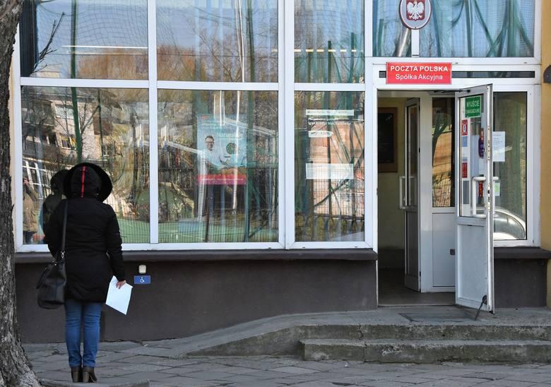 Godziny pracy urzędów pocztowych zostały skrócone, na pocztę może wejść tylko jedna osoba do konkretnego okienka.
