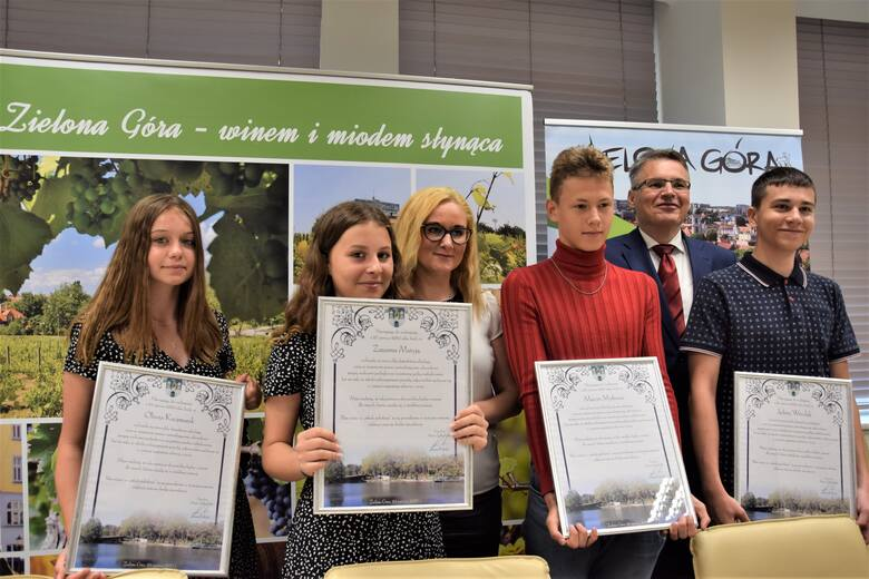 Oliwia Kaczmarek, Zuzanna Matyja, Marcin Myśliwiec i Jędrzej Witrylak - to czwórka bohaterów, którzy uratowali kobietę tonącą na Dzikiej Ochli w Zielonej