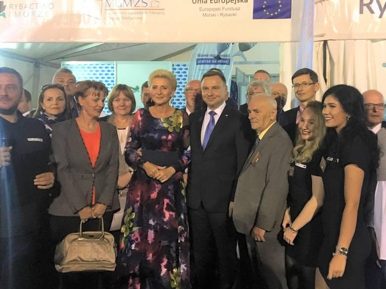 Prezydencka Para w odwiedzinach rybacko-wędkarskiego pawilonu. Prezes Mirosław Purzycki obok dostojnych gości z prawej
