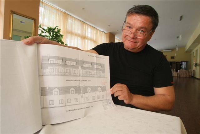 Sławomir Pomiankowski, właściciel restauracji Stangret w Kielcach pokazuje plany miasteczka Western City. Na poddaszu banku, saloonu i biura szeryfa