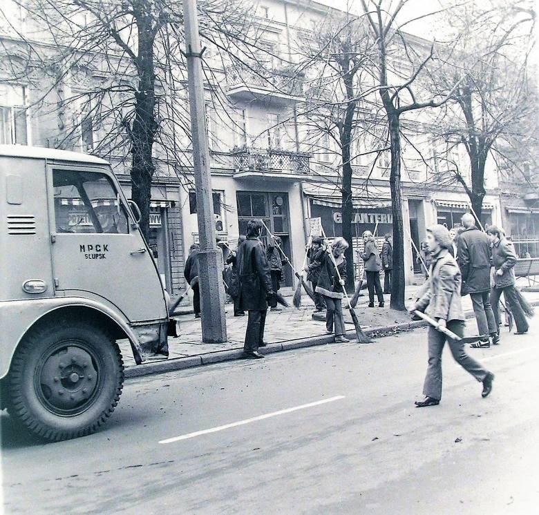 Jesień 1973 roku, młodzież szkolna jako firma sprzątająca i wspomagająca słupskie MPGK