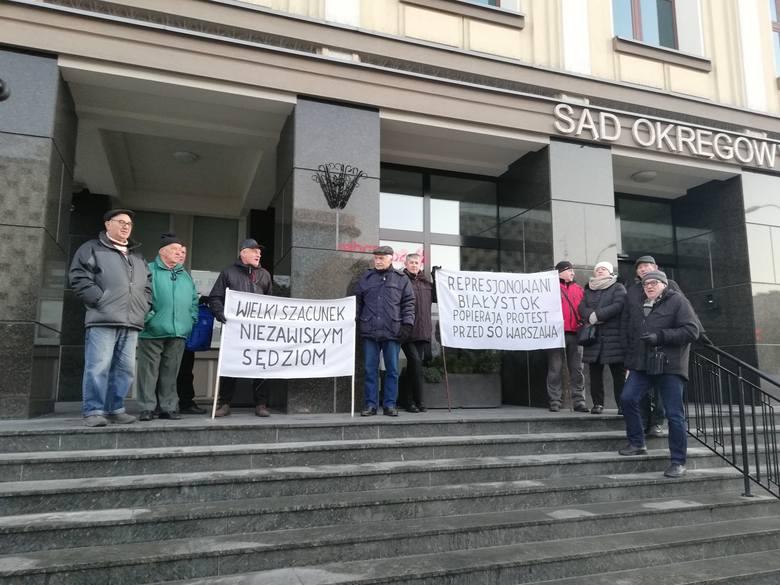 """Protest przed Sądem Okręgowym w Białymstoku: """"Wielki szacunek niezawisłym sędziom"""" [ZDJĘCIA]"""