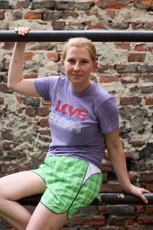 Magdalena Łuczyn pokazuje podwórko z ulicy Górnej 4.