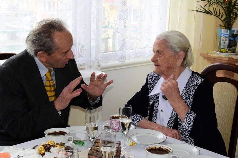 """Pani Helena Zaranek z Kruszwicy skończyła dziś 106 lat. Na imprezie urodzinowej była z nią córka Maria, jej znajomi oraz """"Gazeta Pomorska""""."""