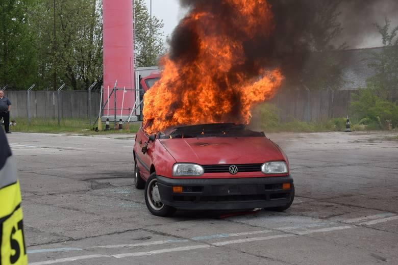 Praktyczny pokaz gaszenia płonącego auta dali w Szczecinku strażacy ochotnicy z Bornego Sulinowa. Lekcja przyda się każdemu zmotoryzowanemu. Pokaz z