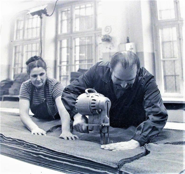 """Początek 1974 r., krojczy """"Słupianki"""" przygotowują tkaninę do szycia ubrań, wytwarzanych przy al. Wojska Polskiego"""