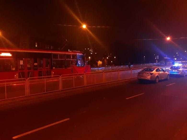Tramwaj potrącił śmiertelnie kobietę w Katowicach Zawodziu. Po wypadku wstrzymany został ruch tramwajów