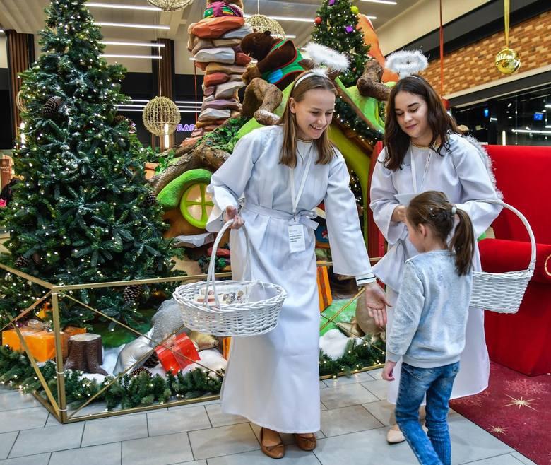 W okresie przed świętami zarobić mogą hostessy. Na zdjęciu hostessy w Centrum Handlowym Rondo w Bydgoszczy.
