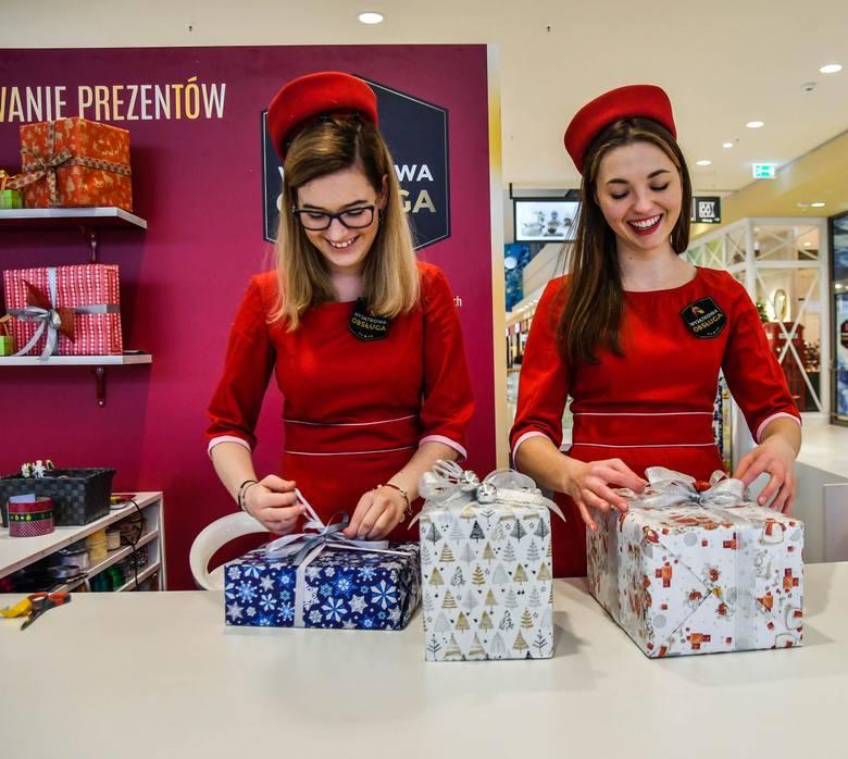 """Rąk do pracy potrzeba teraz np. do pakowania prezentów. Joanna (z lewej) i Paula pracują w punkcie w """"Zielonych Arkadach""""."""