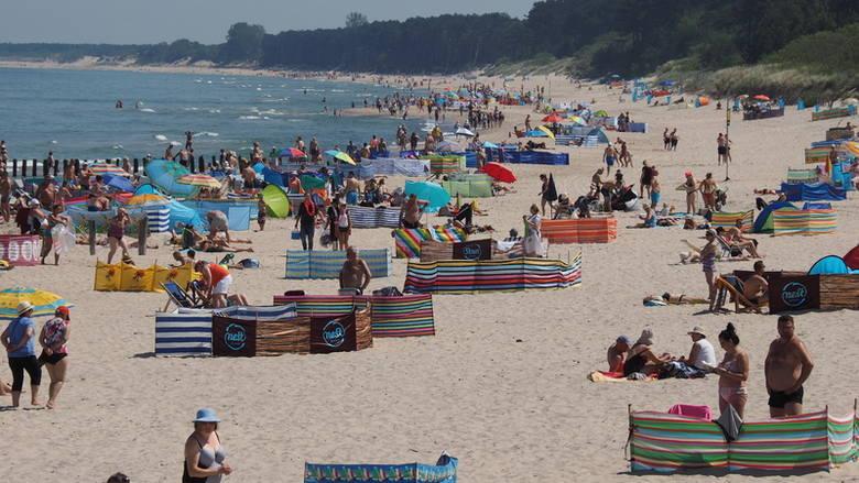 Pogoda dopisuje. Dziś na plaży w Unieściu można było spotkać wielu plażowiczów. Zobacz także: Mielno / Unieście: rekordowo niski poziom wody w jeziorze