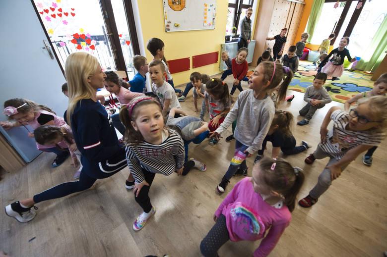 Małgorzata Hołub-Kowalik, zawodnicy AZS Energa oraz Marian Tałaj odwiedzili Przedszkole Happy Days-Szczęśliwe Dni w Koszalinie. Wszystko w ramach Dnia