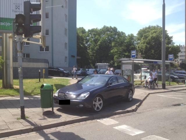 Parkowanie w Szczecinie. Mercedesem na chodniku i przy przejściu dla pieszych