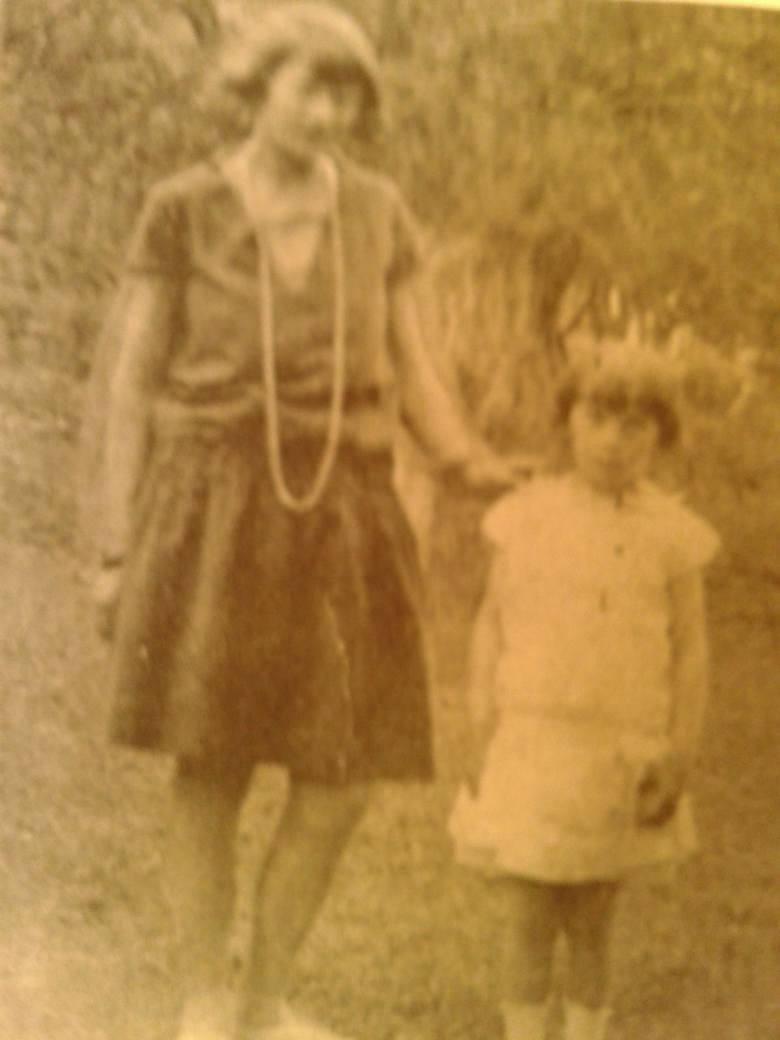 1924 r. Halina  z dzieciństwa.  W tej ładnej białej sukience sypała kwiatki w kościele