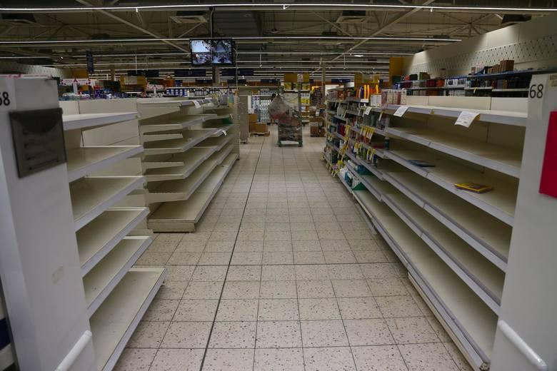 Tesco zamyka kolejne sklepy i zwalnia pracowników