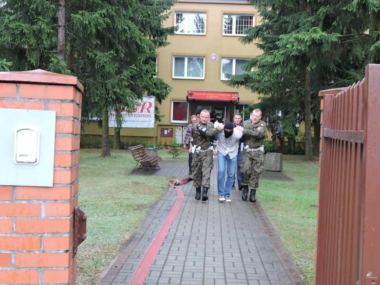Udało się! Sprawca został ujęty i zaprowadzony do radiowozu. Tak zakończyły się ćwiczenia służb bezpieczeństwa.