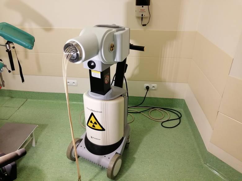 """Istnieje wiele technik radioterapii, czyli leczenia zastosowaniem promieniowania jonizującego. W przypadku pacjentek z rakiem piersi można zastosować radioterapię śródoperacyjną, brachyterapię czy technikę DIBH, czyli napromieniania pacjentki na tzw. """"wstrzymanym oddechu""""."""