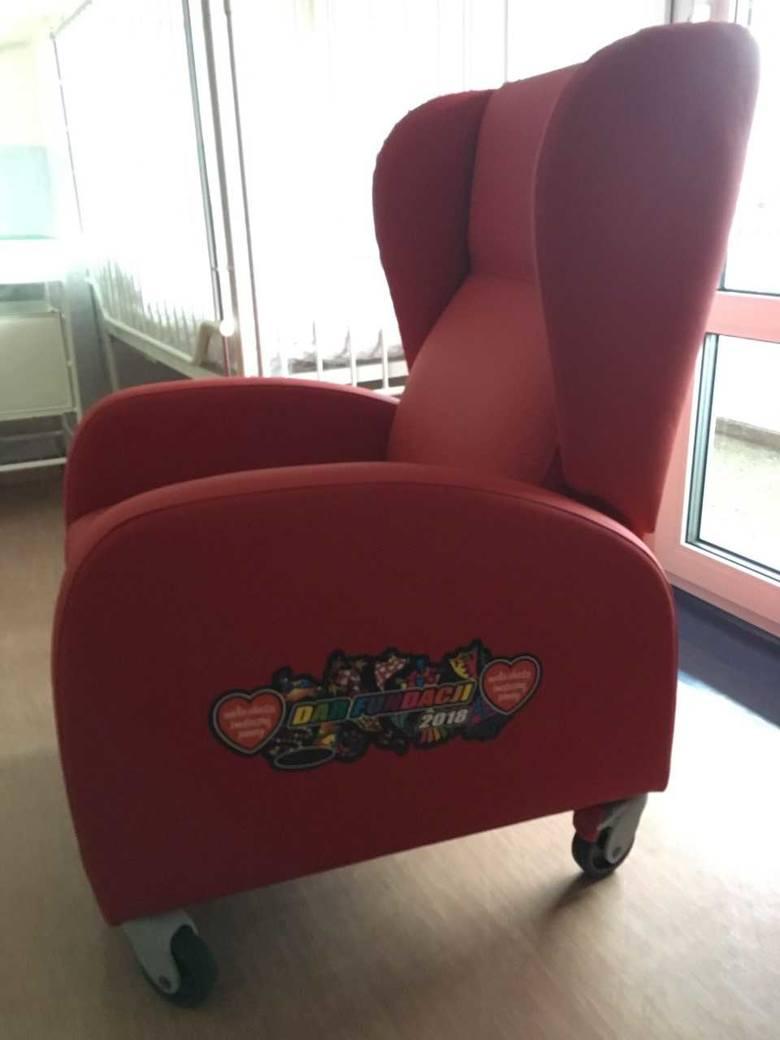 Prezent od WOŚP dla szpitala przy ul. Arkońskiej w Szczecinie. 40 foteli dla rodziców małych pacjentów