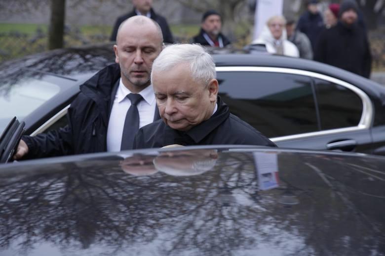 Bydgoski policjant miał zatrzymać jadącą pod prąd limuzynę z prezesem PiS, Jarosławem Kaczyńskim, a potem usłyszeć groźby od kierowcy auta. Policjant