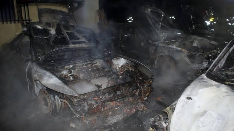 W nocy, na terenie zakładu mechanicznego przy ul. Portowej w Słupsku, spłonęły cztery samochody osobowe. Trzy z czterech, spłonęło doszczętnie. Trwają