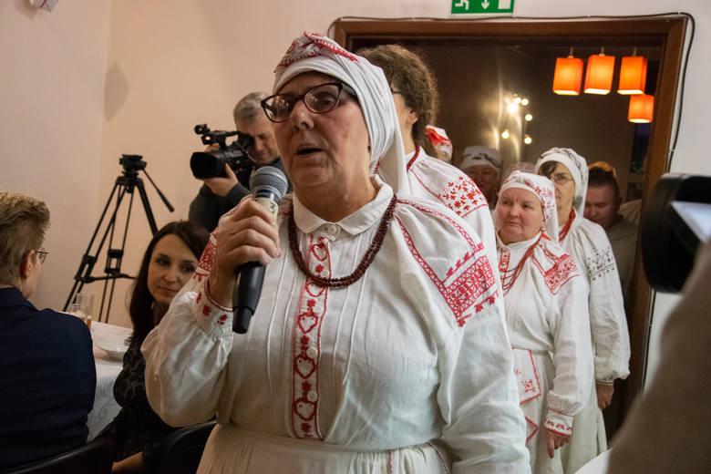Wigilia Lasowiacka w Baranowie Sandomierskim. Burmistrz, poseł, wicemarszałek i inni goście obmyli się w cebrzyku [ZDJĘCIA]