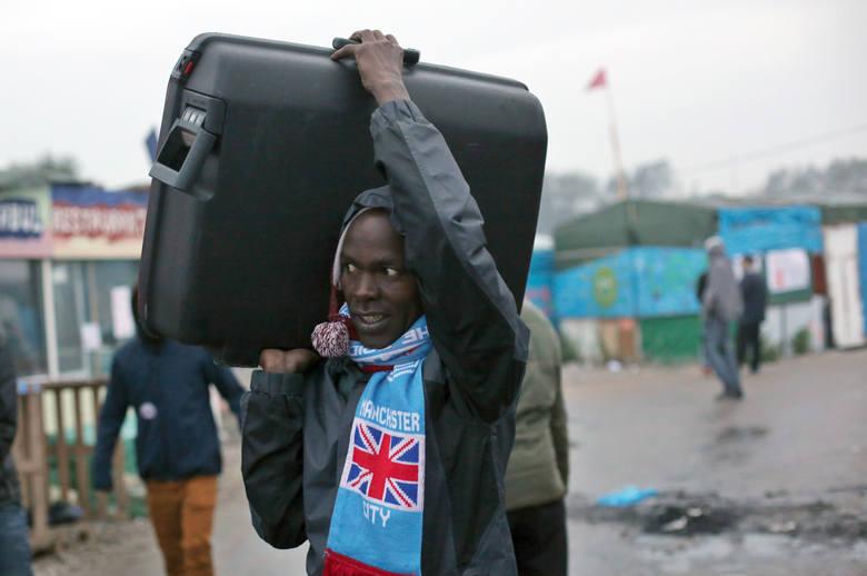 """To koniec imigranckiej """"dżungli"""" w Calais [wideo, zdjęcia]"""