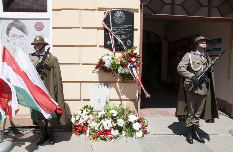 Tablica znajduje się na ścianie kamienicy przy ul. Mickiewicza 25. Dawniej mieściła się tutaj Komisja Grobów Wojennych Monarchii Austro-Węgierskiej.