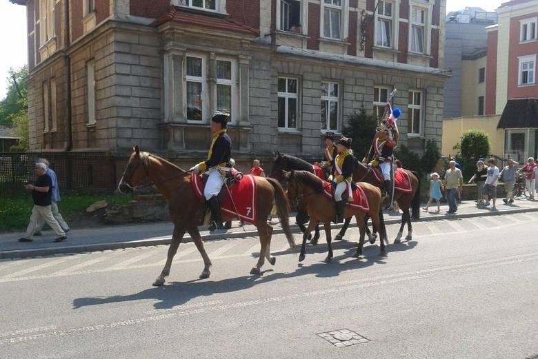 Parada kawalerzystów na ulicach Opola.