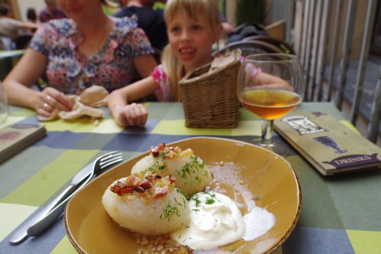 Litewskie cepeliny w wileńskiej restauracji. Taka porcja to wyzwanie.
