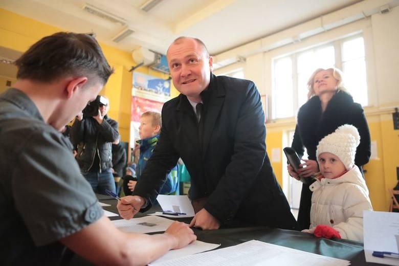 II tura w Szczecinie. Kandydaci na prezydenta głosowali. Na zdjęciu Piotr Krzystek