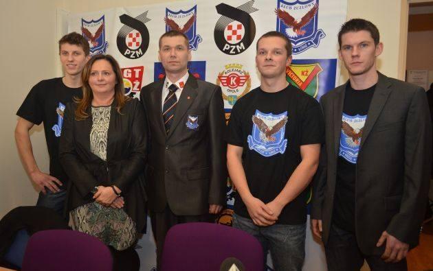 Ważni ludzie Orła Łódź- od lewej: Rafał Konopka, Joanna Skrzydlewska, trener Janusz Ślączka, Marcin Wawrzyniak i Ronnie Jamroży