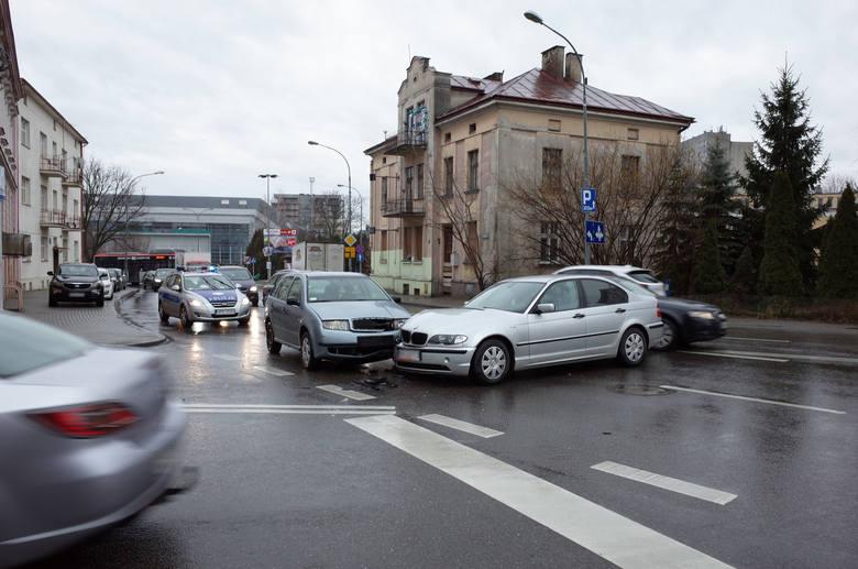 Dwa samochody zderzyły się w poniedziałek rano na placu Śreniawitów w Rzeszowie - napisał nasz Czytelnik na alarm@nowiny24.pl. Zobaczcie zdjęcia z wypadku.W