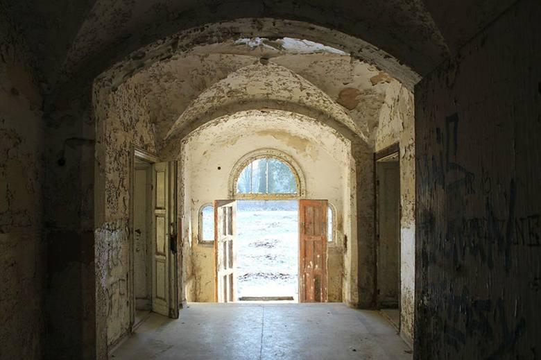 Opuszczony szpital psychiatryczny pod Poznaniem od lat przyciąga osoby żądne wrażeń. Mało kto zdaje sobie jednak sprawę z tragicznej historii tego miejsca.
