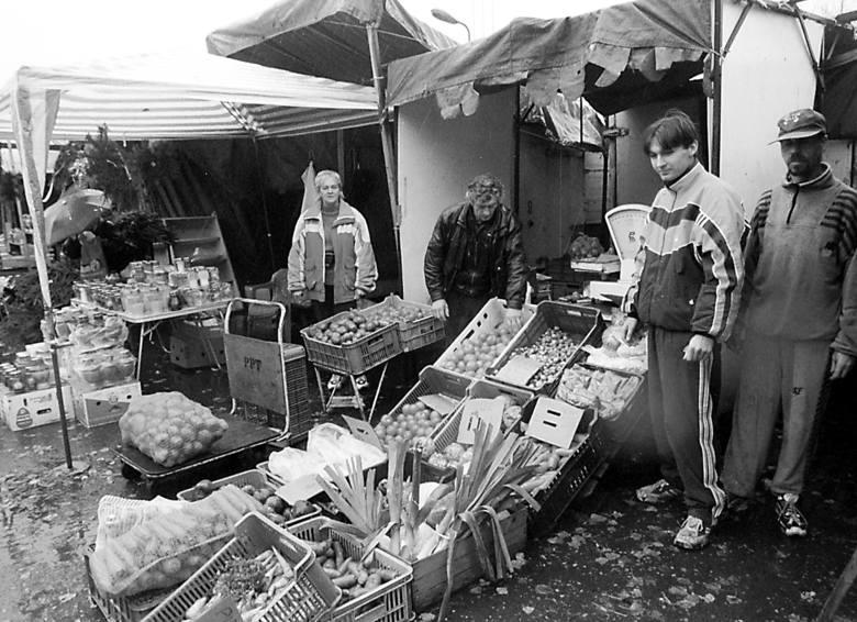 Targowisko przy ul. Bema uruchomiono w czerwcu 1989 r. i przez niemal całe lata 90. było to kultowe miejsce zakupów, gdzie można było kupić wszystko