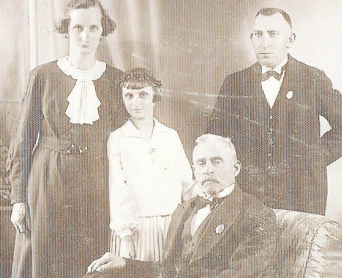 Dziadkowie Władysław i Antonina (stoją) z moją mamą Władysławą oraz nieznaną mi osobą<br />