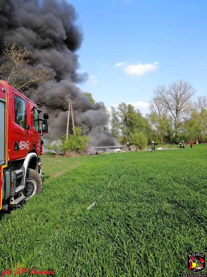 Na prywatnej działce w Tarnowie pod Kruszwicą wybuchł pożar. Jak informuje nas kpt. Jarosław Skotnicki, rzecznik prasowy Komendy Powiatowej Państwowej