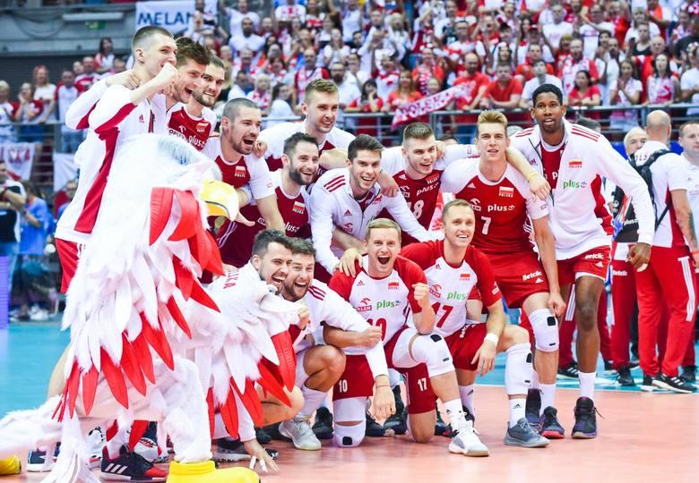 Polscy siatkarze tuż po zakończeniu mistrzostw Europy, na których zdobyli brązowy medal, wyruszyli do Kraju Kwitnącej Wiśni, gdzie walczyli w wyczerpującym