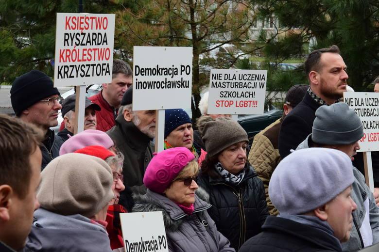 Dziś przed siedzibą biura poselskiego posła Krzysztofa Brejzy w Inowrocławiu odbył się protest środowisk prawicowych. Protestowali między innymi przeciwko