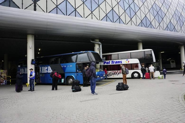 Cały czas trwają rozmowy dotyczące ratowania PKS Poznań. W poznańskim magistracie doszło do kolejnego spotkania przedstawicieli wielkopolskich samorządów z urzędnikami. Szansą na utrzymanie połączeń autobusowych w regionie może być utworzenie związku powiatowo-gminnego.