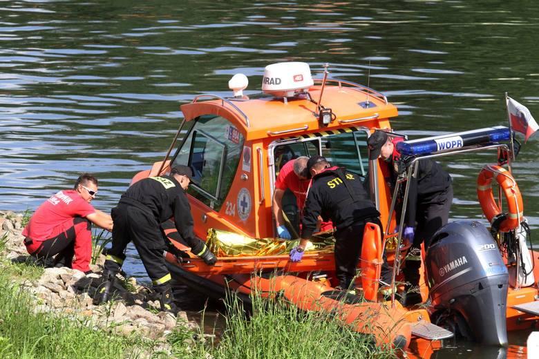 Jak podali w poniedziałek około południa strażacy, na Wiśle, na wysokości miejscowości Dobiegniewo/Dobrzyń nad Wisłą (w pow. lipnowskim) wywróciła się