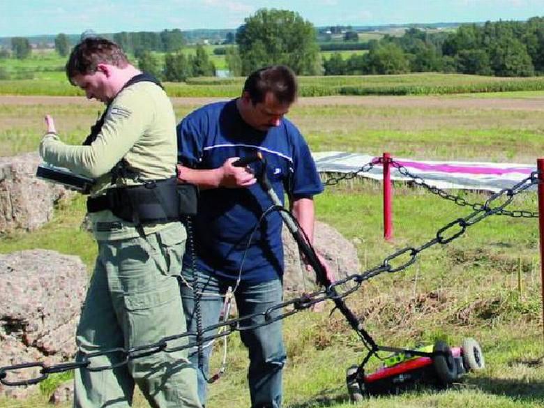 """Przeprowadzone przez Adama Sikorskiego (na zdj. z prawej) i jego ekipę z programu """"Było... nie minęło"""" badania georadarem potwierdziły, że ciało kpt."""