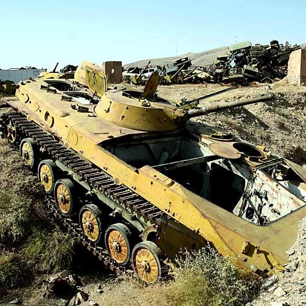 Na obrzeżach miasta rozłożyło się potężne cmentarzysko czołgów, armat i transporterów opancerzonych.