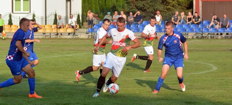 Inter Gnojnica (biało-zielone stroje) rozpoczął sezon od remisu z Bystrzycą. Na zdjęciu, z piłką, były siatkarz Błękitnych Ropczyce -  Marcin Sroka.