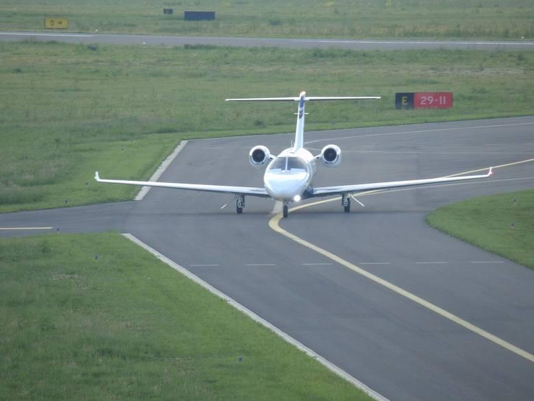 Pierwszym samolotem odrzutowym, który wylądował na nowym lotnisku w Krośnie był w 2018 r. prywatny samolot Cessna Citation Jet M2. Przyleciał z Gdańska,