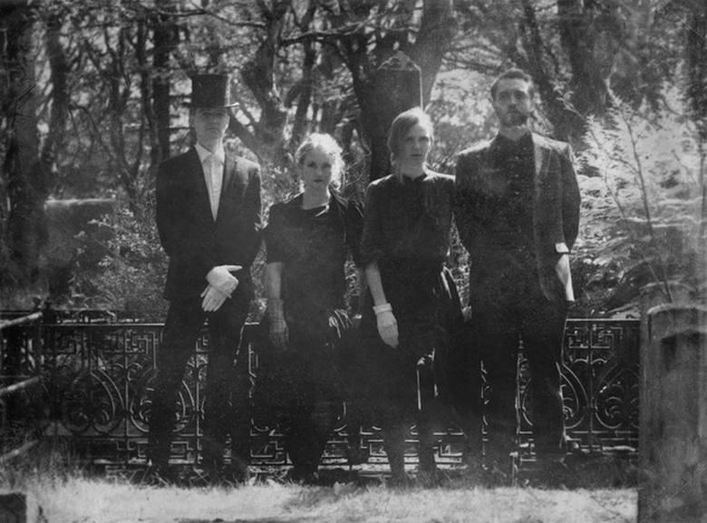 Amiina: Pod koniec lat 90' cztery koleżanki studiujące na wydziale instrumentów smyczkowych na islandzkiej Tónlistarskólinn í Reykjavík postanowiły założyć