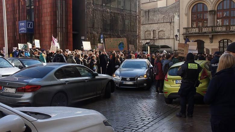 """Młodzieżowy Strajk Klimatyczny. Prezydencka limuzyna, która """"utknęła"""" podczas protestu"""