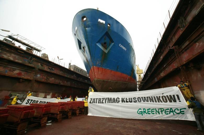 """Ekolodzy weszli na dok, w którym stał statek i rozwiesili transparenty z napisami """"Zatrzymać kłusownika"""" po polsku i angielsku. Do jednej z"""