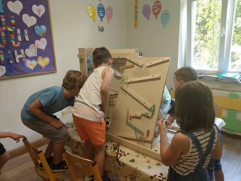 Seniorzy wraz z dziećmi budują