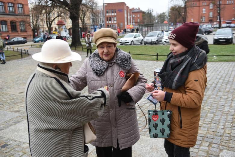 Torunianie wspierają Wielką Orkiestrę Świątecznej Pomocy. Największa kwesta w mieście prowadzona jest na starówce.<br /> <br />...