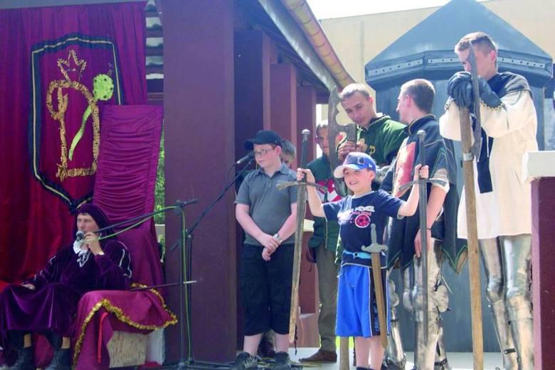 Średniowieczne miecze zawsze najbardziej interesują najmłodszych uczestników jarmarku